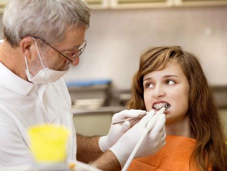 девушка на приеме у врача ортодонта