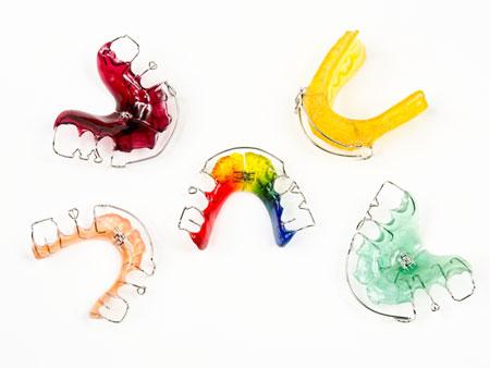 пластины на зубы разного вида