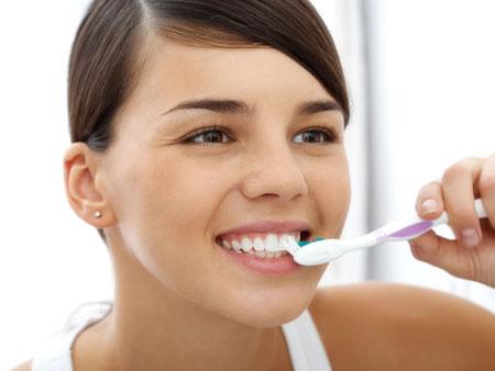 процесс чистки зубов содой