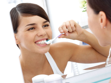 девушка чистит зубы
