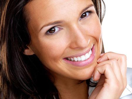 девушка улыбается с винирами