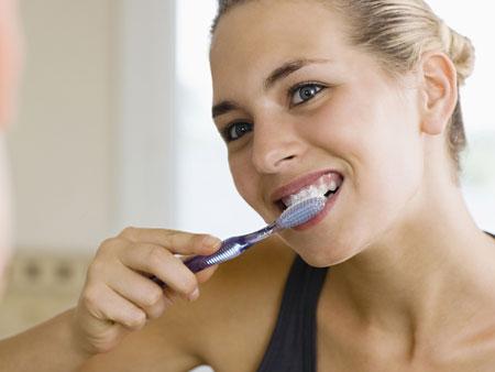 использование пасты для отбеливания зубов