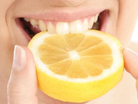 Домашнее отбеливание зубов при помощи лимона