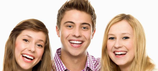 красивые и здоровые зубы молодых людей