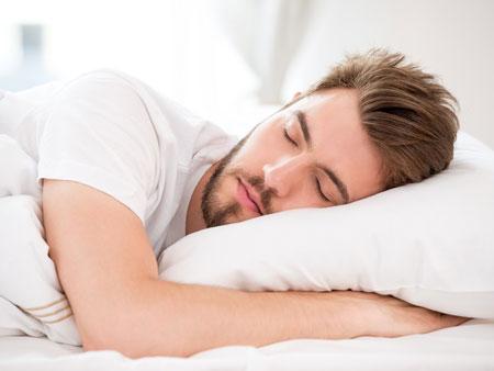 мужчина скрипит зубами во сне